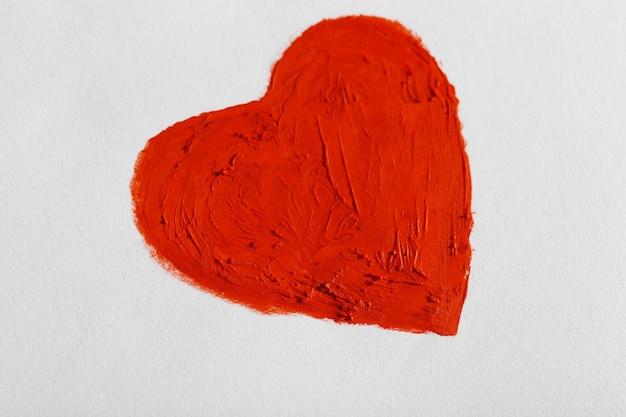 Czerwone serce namalowane na jasnej ścianie