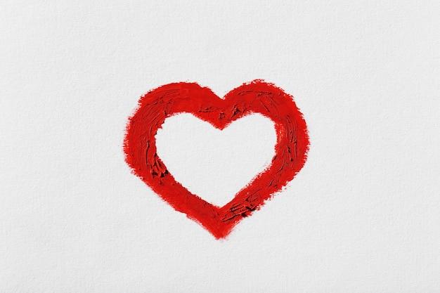 Czerwone serce namalowane na jasnym tle