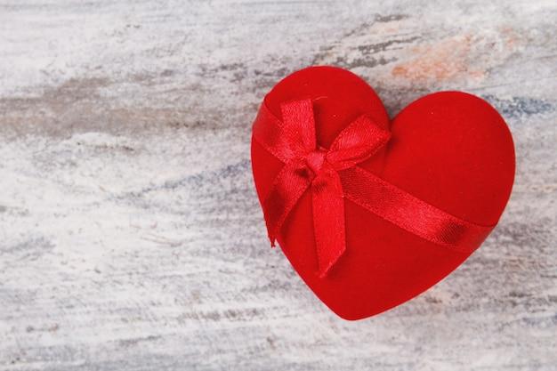 Czerwone serce pudełko ze wstążką.