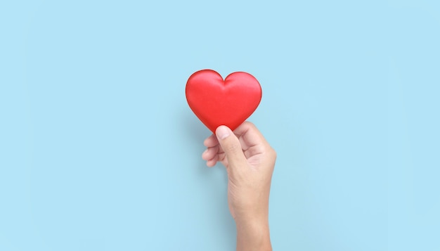 Czerwone serce trzymając się za ręce. koncepcje darowizn na zdrowie serca