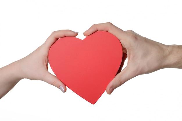 Czerwone serce w ręce kobiety i mężczyzny