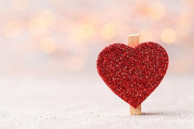 Czerwone serce w tle bokeh zaświeca.