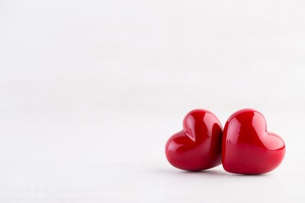 Czerwone serce, walentynki kartkę z życzeniami. tło bokeh.