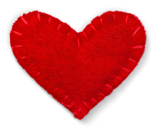 Czerwone serce wykonane z tkaniny na białym tle