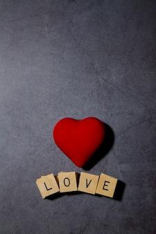Czerwone serce z blokami wyświetlającymi przesłanie miłości