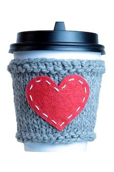 Czerwone serce z dzianiny filiżanki kawy przytulne izolowane
