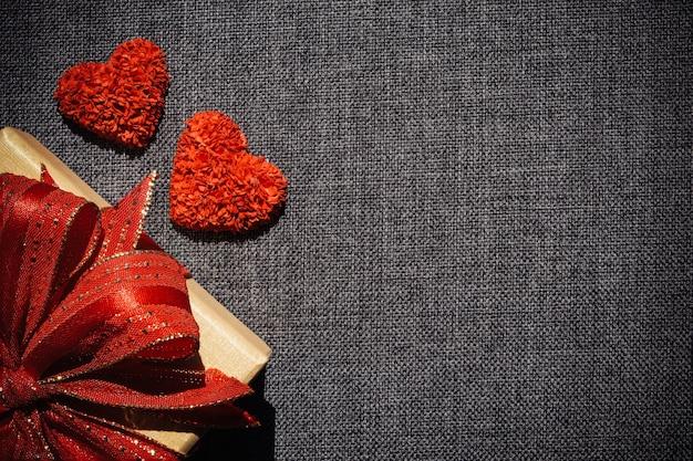 Czerwone serce z pudełko na ciemnym tle