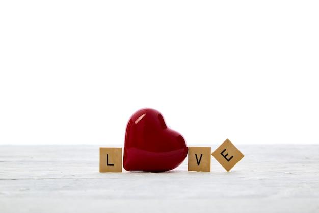 Czerwone serce z tekstem walentynki miłość drewniane bloki list na białym stole