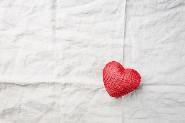 Czerwone serce z tkaniny