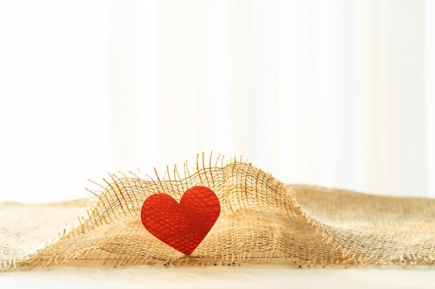Czerwone serce z workowym materiałem na walentynki