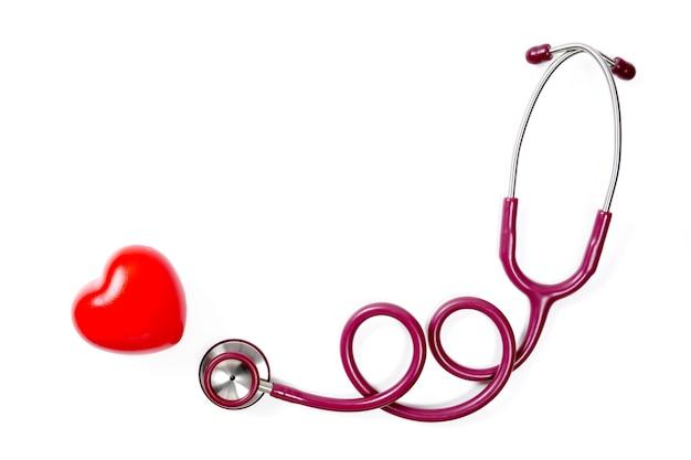 Czerwone serce ze stetoskopem na białym tle selektywne skupieniekoncepcja zdrowia i medycyny
