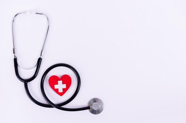 Czerwone serce ze stetoskopem
