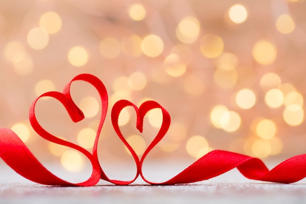 Czerwone serce ze wstążką. przestrzeń walentynki.