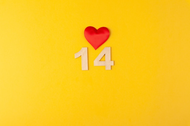 Czerwone serce, złote cyfry 14 na żółtym tle, kartka z życzeniami luty walentynki, tło miłości, romans, poziomy, miejsce na kopię, lay uot