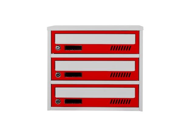 Czerwone skrzynki pocztowe na białym tle na białym tle. skrzynka pocztowa do wejścia do kamienicy. metalowa skrzynka pocztowa
