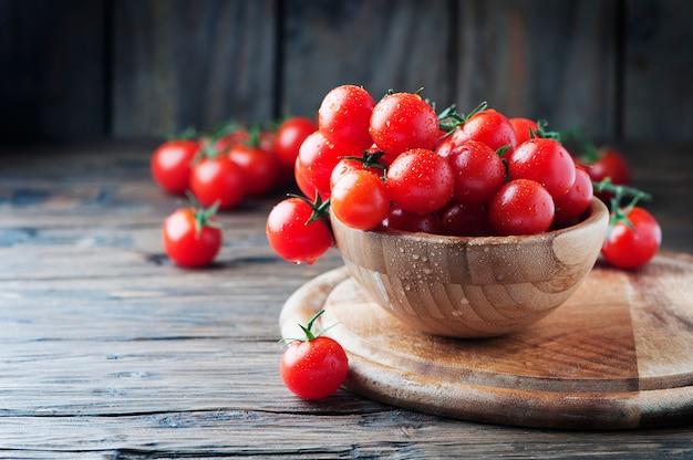 Czerwone słodkie pomidory na drewnianym stole