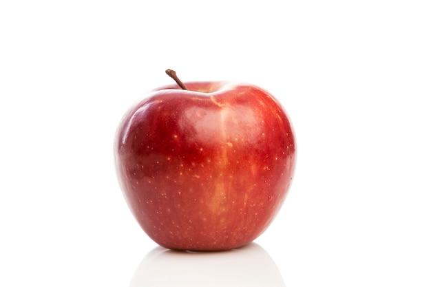 Czerwone soczyste jabłko. zbliżenie. zdrowe odżywianie na białym tle