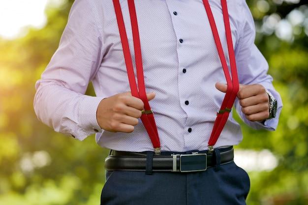 Czerwone stylowe męskie szelki na niebieskiej koszuli