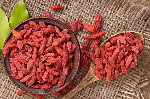 Czerwone suszone jagody goji w drewnianą łyżką