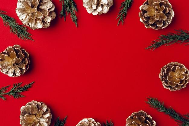Czerwone świąteczne mieszkanie świąteczne leżało z gałęziami iglastymi