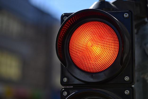 Czerwone światło semafora. lampka kontrolna trafic.