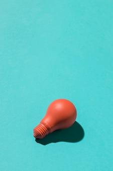 Czerwone światło żarówka na błękitnym tle