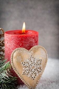Czerwone świece świąteczne i światła. boże narodzenie tło.