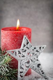 Czerwone świece świąteczne i światła.