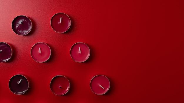 Czerwone świece zapachowe na czerwonym tle