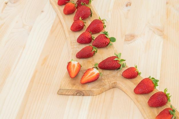 Czerwone świeże truskawki na drewnianym stole