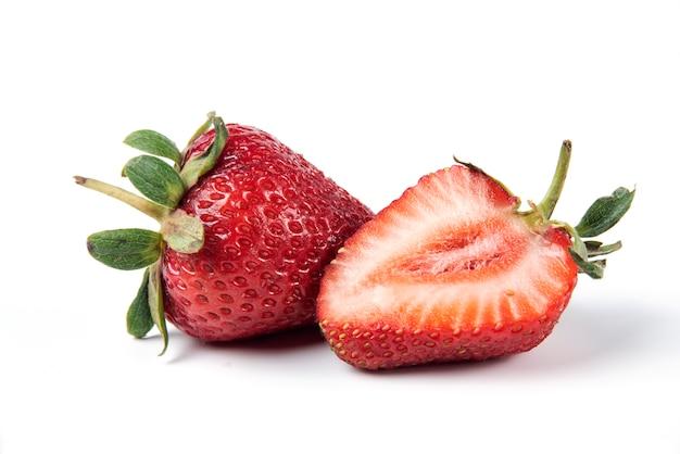 Czerwone świeże truskawki z zielonymi liśćmi