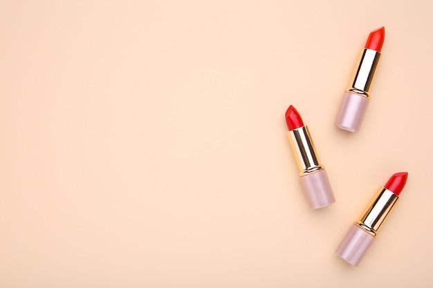 Czerwone szminki na beżu, uzupełnij