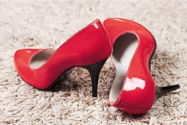 Czerwone szpilki buty damskie na białym tle