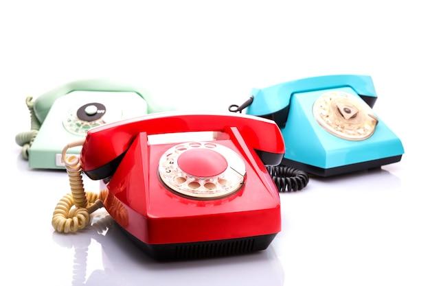 Czerwone telefony na białym tle