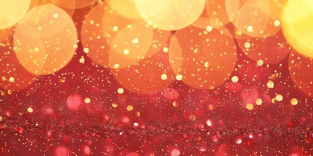 Czerwone tło uroczysty boże narodzenie lub nowy rok z błyszczącymi złotymi bombkami