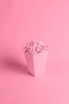 Czerwone tło z izometrycznym popcornem