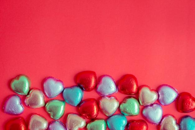 Czerwone tło z wielobarwny spoczywa serce