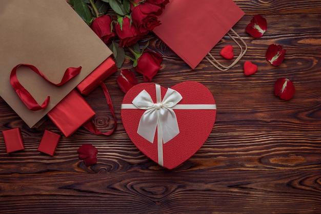 Czerwone torby rzemieślnicze na zakupy z prezentami dla miłośników prezentów ze złotej folii w kształcie serca