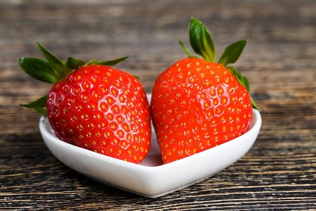 Czerwone truskawki na stole