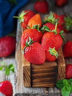 Czerwone truskawki w drewnianym pudełku