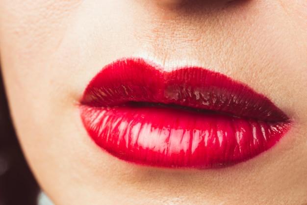 Czerwone usta ładna kobieta