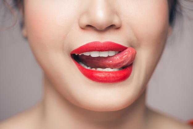 Czerwone usta sexy zbliżenie. uzupełnij koncepcję. piękne idealne usta.