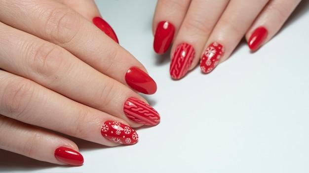 Czerwone wakacyjne paznokcie