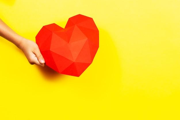 Czerwone wielokątne papierowe serce kopia przestrzeń