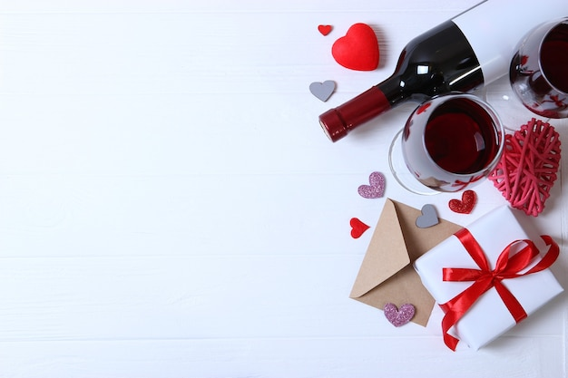 Czerwone wino i róże na stole w tle walentynki
