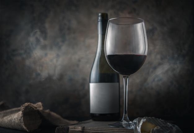 Czerwone wino i ser. klasyczna martwa natura.