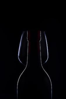 Czerwone wino i winogrona w czarnym odcieniu