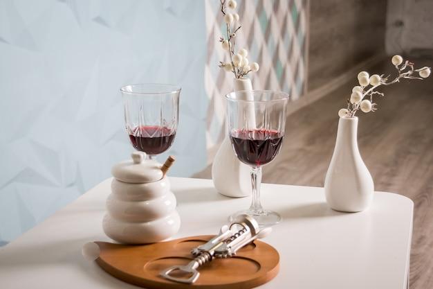 Czerwone wino, kieliszek do wina, korkociąg.