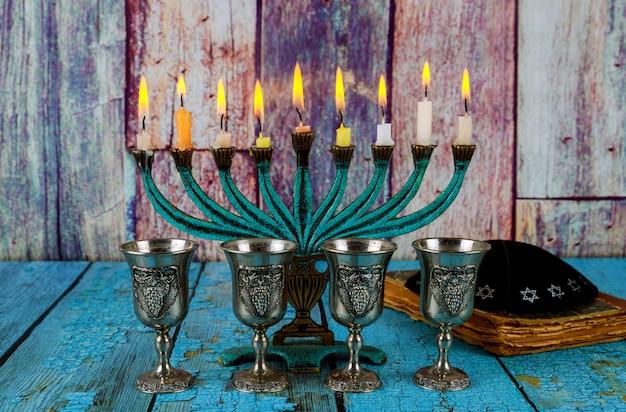 Czerwone wino koszerne cztery szklanki z żydowskimi świętami chanuka menora chanukiasz