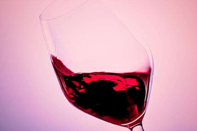 Czerwone wino premium w napoju alkoholowym ze szkła kryształowego i luksusowy aperitif produkt do enologii i uprawy winorośli